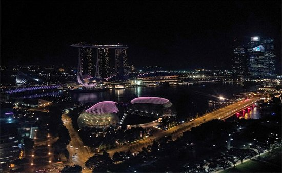 Swissotel The Stamford Singapore : Nighttime view from the hotel