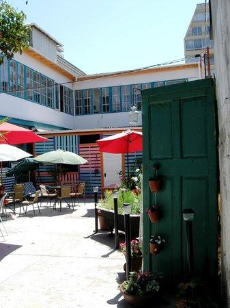 Street Garden Hostel: Patio, terraza y frontis