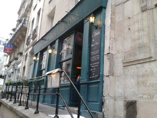 Les Mauvais Garcons: l'entrée du restaurant