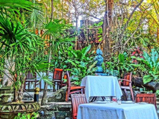 Café des Artistes: Garden Seating