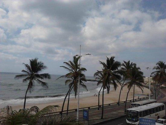 Nacional Inn Salvador: Praia e Avenida Otavio Mangabeira