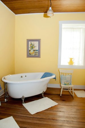 Maeystown, IL: The clawfoot tub located in Dave and Mayme's suite
