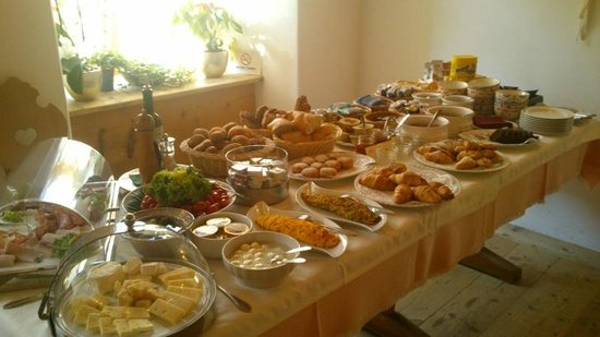 Locanda Ristorante Ospitale: One of two breakfast tables