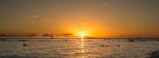 Outrigger Waikiki Beach Resort: Sunset in front of Duke's