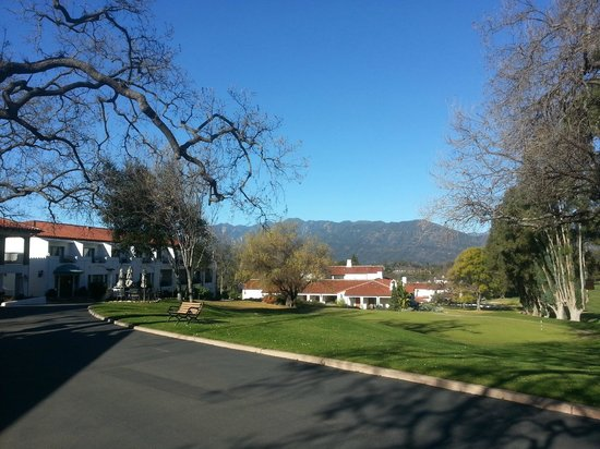 Ojai Valley Inn & Spa: Central grounds near pool, restaurant and golf club