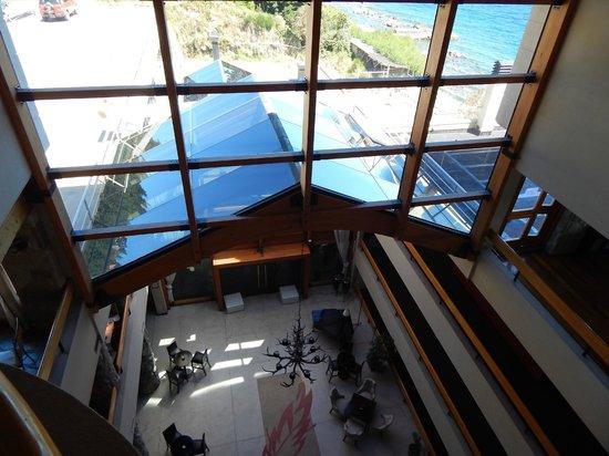 Cacique Inacayal Lake & Spa Hotel: acceso a la picina