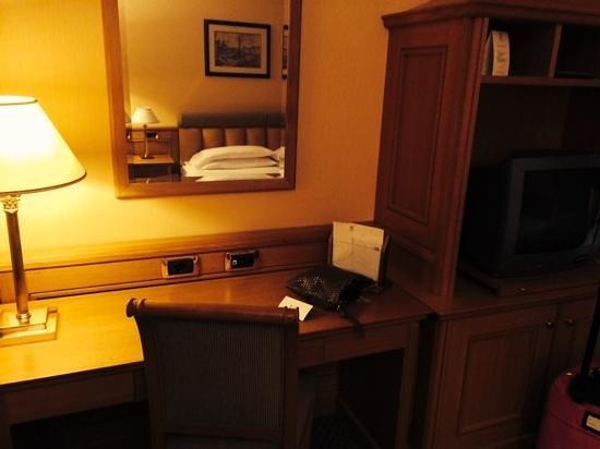 Grand Hotel Barone Di Sassj: scrivania