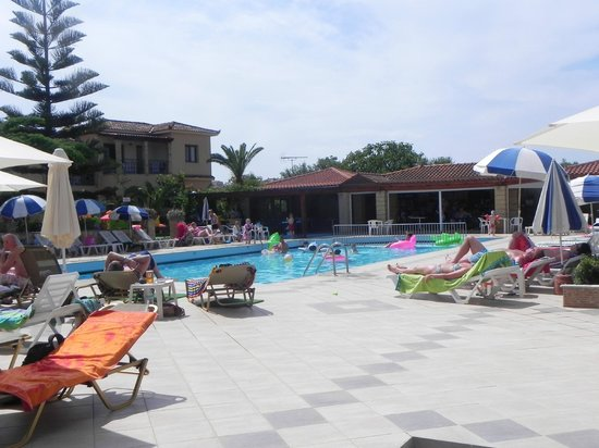 St Denis Apartments: Pool view