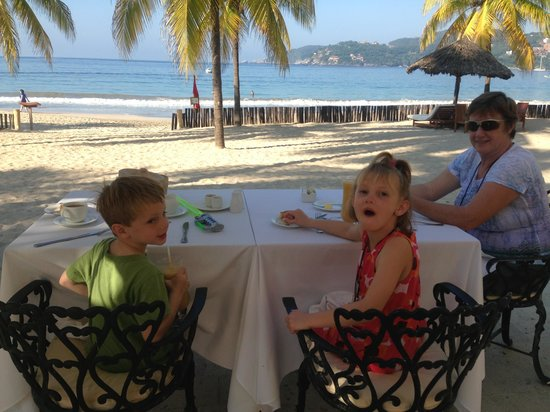 Viceroy Zihuatanejo: Our breakfast table