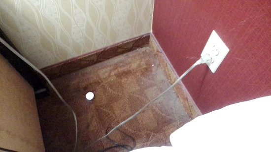 Lexington Inn at JFK Airport : behind 2nd bedside table