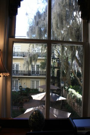 Eliza Thompson House Savannah : View into the courtyard from the parlor