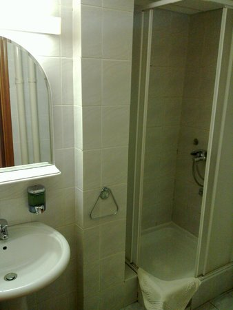 Hotel Srbija: Bathroom.
