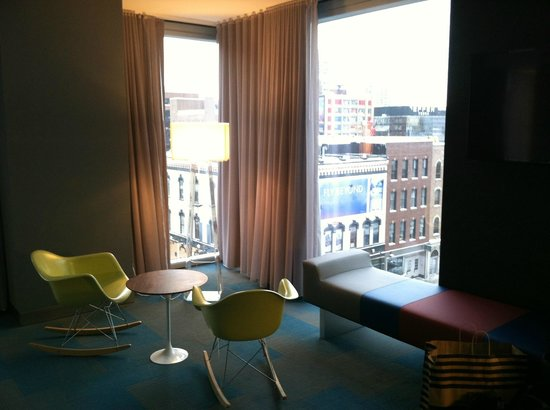 Aloft Chicago City Center: Double Queen room, sitting area
