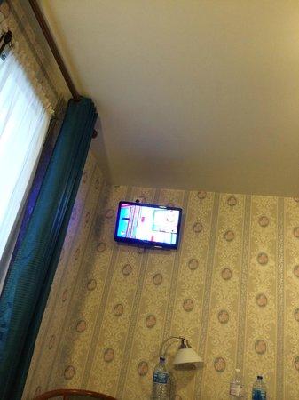 Est Hotel Paris : tv a parete (ottima)