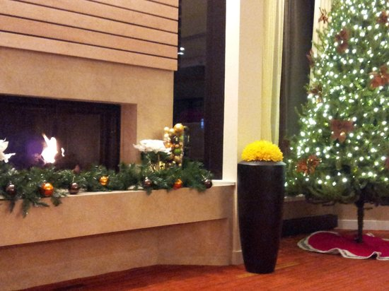 Courtyard by Marriott Lincroft Red Bank: The Lobby at Christmas