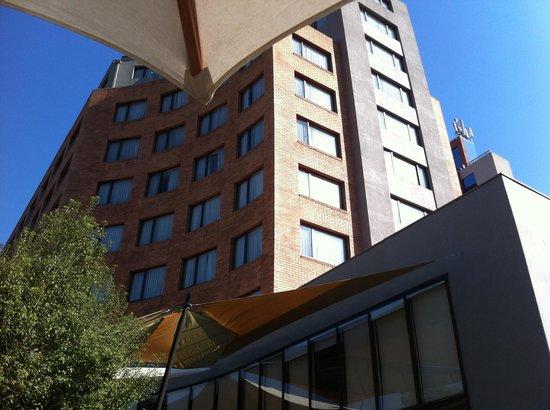 Director Hotel - Vitacura : Vista da fachada no fundo, a partir da piscina