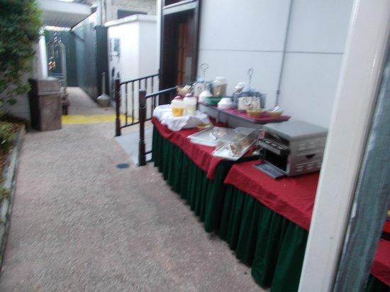Prytania Oaks Hotel : The inviting breakfast buffet!