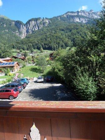 Hotel Brienzerburli und Löwen: parking lot back of the hotel