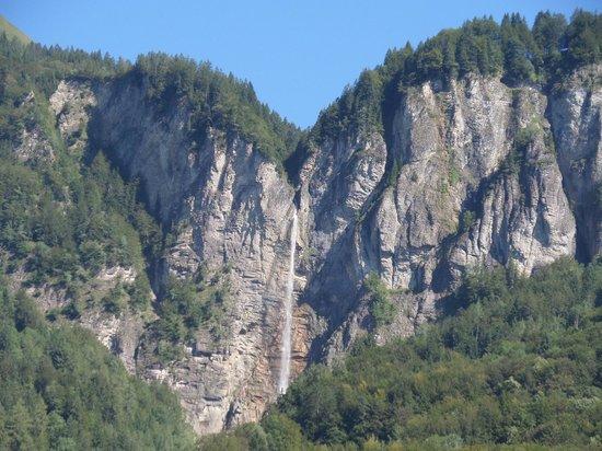 Hotel Brienzerburli und Löwen: view of waterfall from balcony