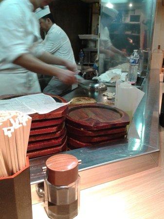 aki : cuisine ouverte sur la salle