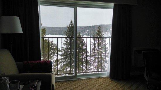 Deerhurst Resort: Bayshore room facing the lake. Very spacious and comfortable.