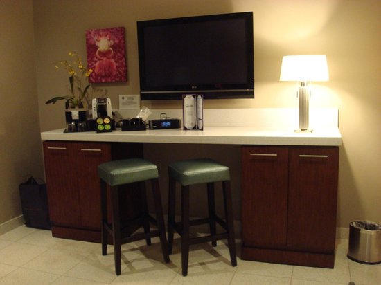 Orchid Key Inn: Bar, mini-fridge, in-room coffee, HD-Plasma TV