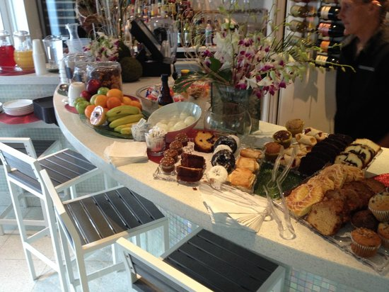 Orchid Key Inn: Complimentary breakfast served in Orchid Bar