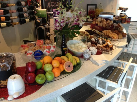 Orchid Key Inn : Complimentary breakfast served in Orchid Bar