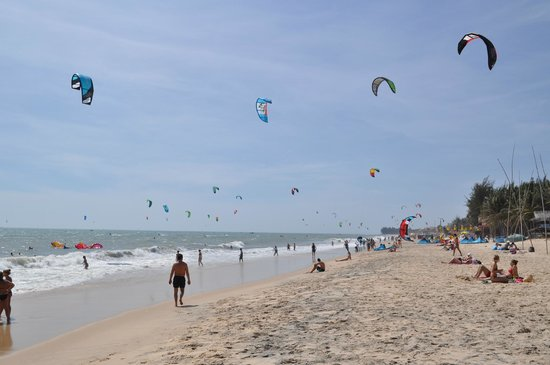 Blue Ocean Resort : Kite surfing near the resort beach
