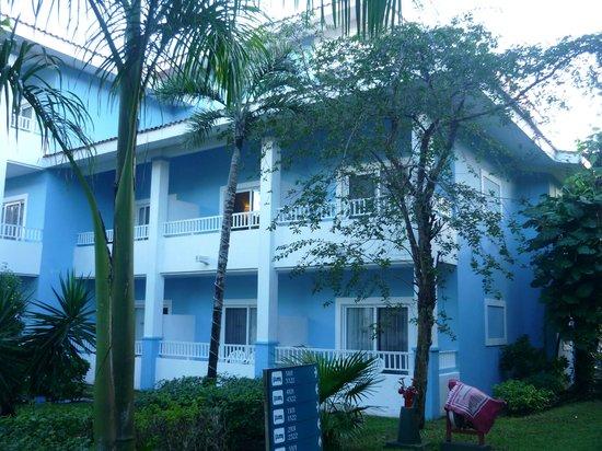 Hotel Riu Playacar : Vista de las habitaciones por fuera