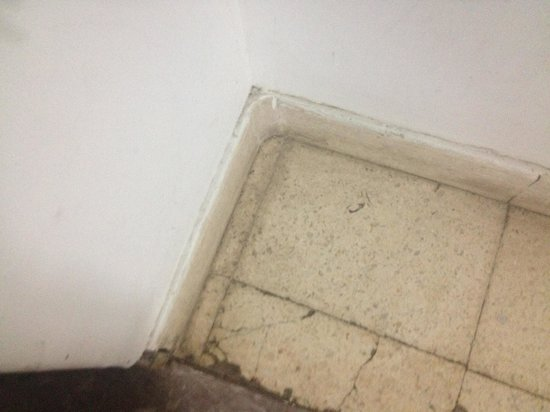 Hostel Lao: More dirty floors