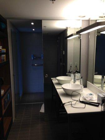 Aloft Brussels Schuman Hotel: Η είσοδος στην τουαλέτα και την ντουσιέρα