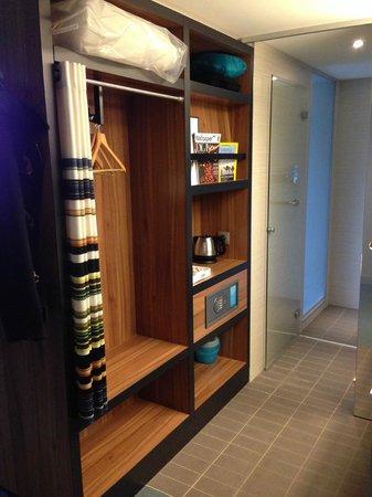 Aloft Brussels Schuman Hotel: Η ντουλάπα