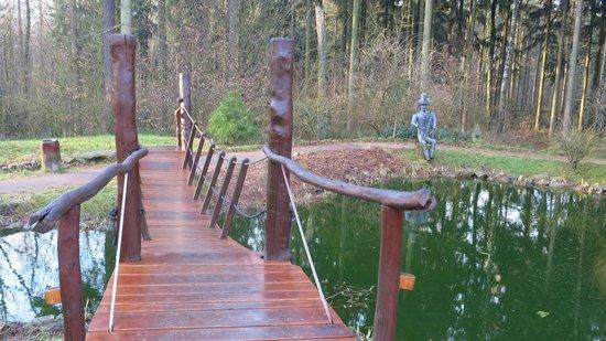 Butterberg Berg-Gasthof: Мостик через декоративный пруд