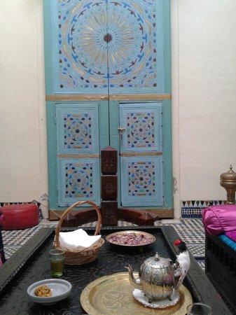 Riad Amazigh Meknes : puerta de una habitación