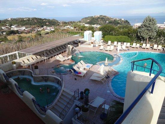 Park Hotel Terme Michelangelo: le piscine e sullo sfondo Lacco Ameno