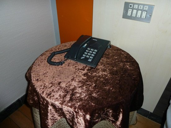 Hotel Quindos: Mesa camilla de terciopelo