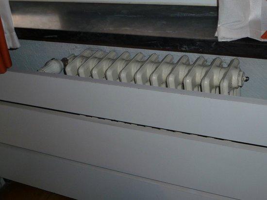 Hotel Quindos: Radiadores imposibles de regular