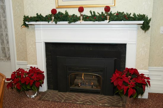 Four Chimneys Inn: Holiday decor in the living room