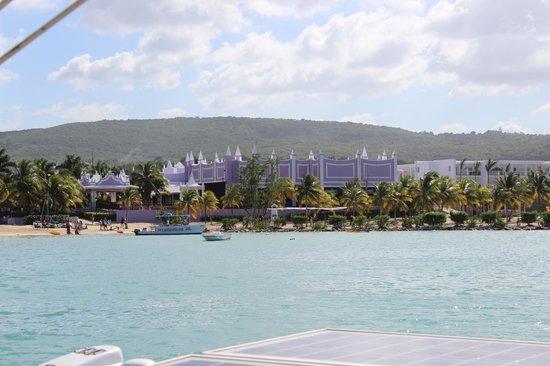 Hotel Riu Palace Jamaica: Riu Palace Hotel from the our catamaran