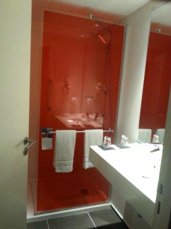 Park Inn by Radisson Lille Grand Stade : Shower/bathroom