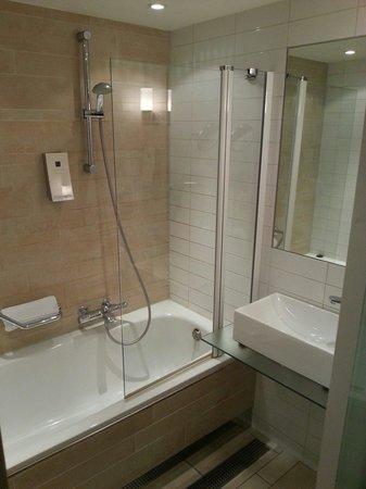 Eden Hotel Amsterdam: Modern bathroom