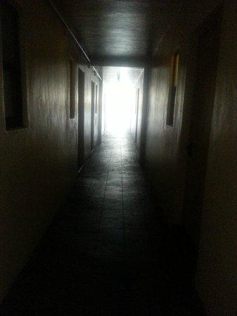 Zinn Inn: hallway - all lights burned out (imagine at night)