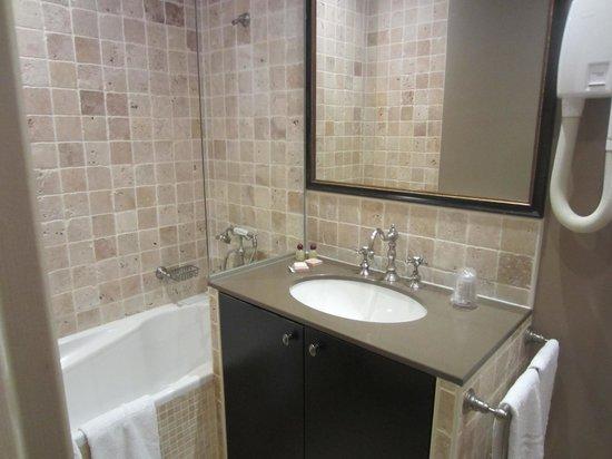 Hotel Saint-Louis en l'Isle: Lovely and clean bathroom
