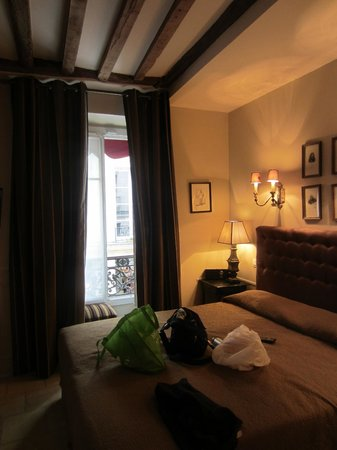 Hotel Saint-Louis en l'Isle: Full-length windows onto the street and a great view for people watching