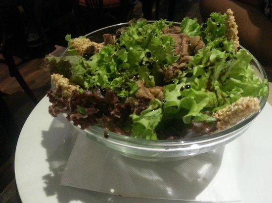 El Escoces Bar y Parrilla: Salada com frango e gergelim, muito bom!