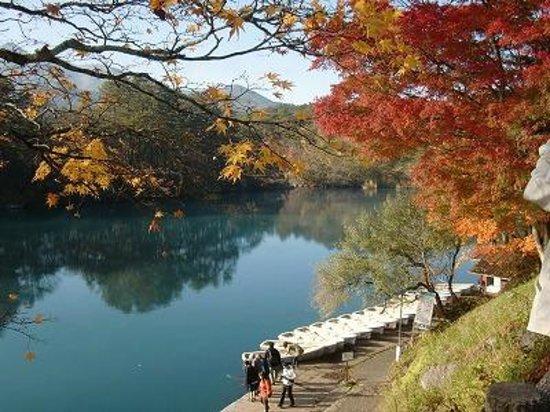 Goshikinuma Lake: 紅葉と磐梯山