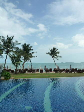 Bandara Resort & Spa : Beach & loungers