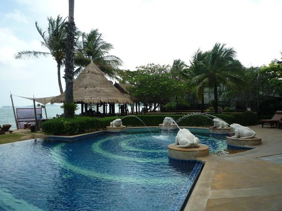 Bandara Resort & Spa : one of the pools