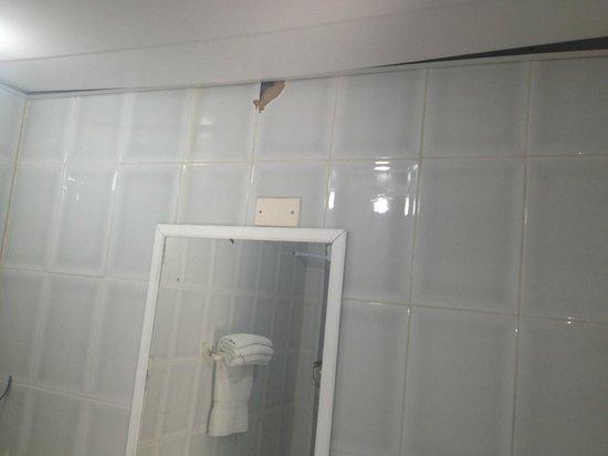 Hotel Coco Playa : Salle de bain déformée par l'humidité